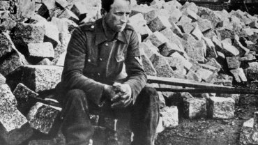 Niemiecki żołnierz na stopniach zdobytego przez czerwonoarmistów Reichstagu.
