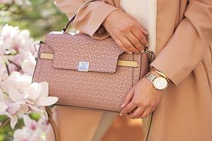 Beżowe torebki od Guess, Michaela Korsa i Moschino - idealny dodatek na lato