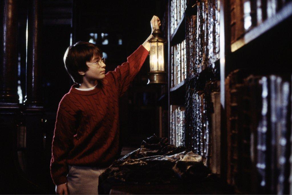 Harry Potter w Dziale Ksiąg Zakazanych. Historia małego czarodzieja od dawna wzbudza emocje / fot. materiały prasowe