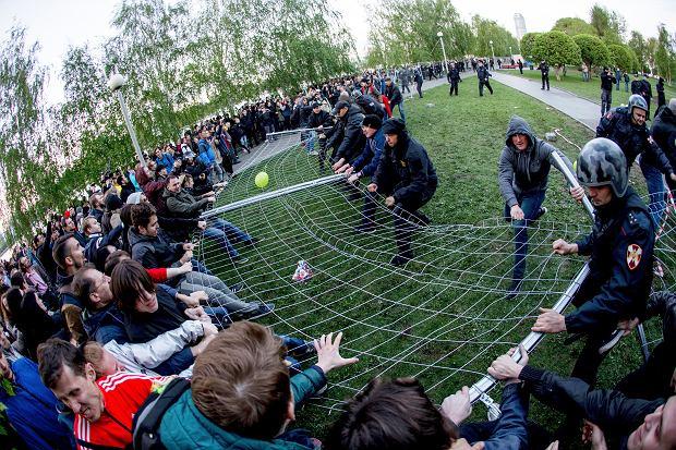 Wtorek 14 maja, Jekaterynburg. Obrońcy parku przepychają się z 'aktywistami' z klubu sportowego powiązanego z fundatorem nowej cerkwi, lokalnym oligarchą