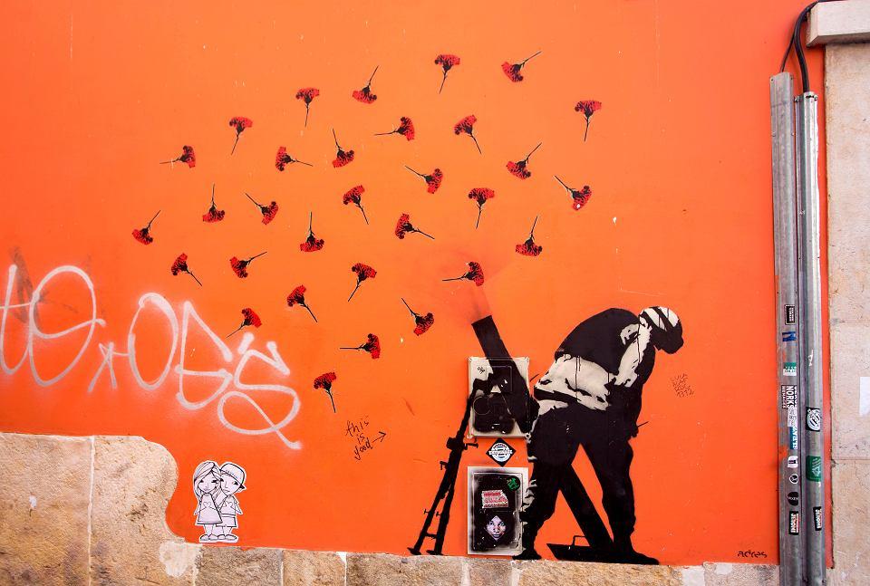 Mural w stylu Banksy'ego, Lizbona, 25-lecie rewolucji goździków (1974 r.)