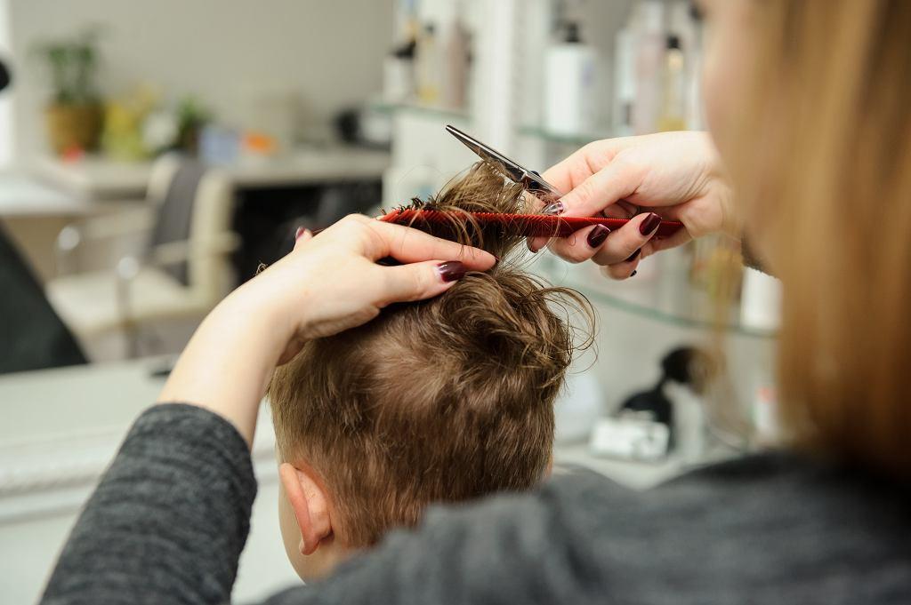 Obcinanie włosów dziecku