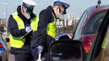 W czasie epidemii koronawirusa policjanci pracują w maskach (zdjęcie ilustracyjne)