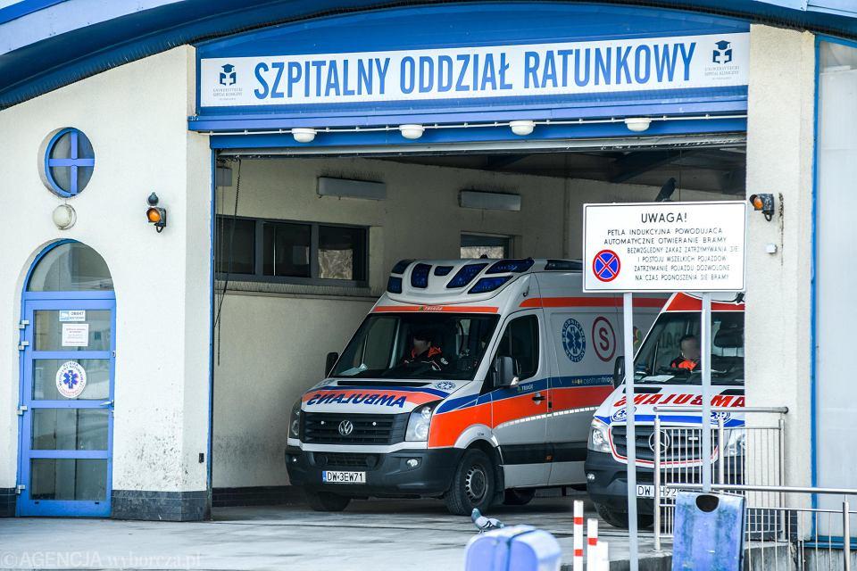 Koronawirus. Karetki przed SOR Uniwersyteckiego Szpitala Klinicznego przy Borowskiej we Wrocławiu