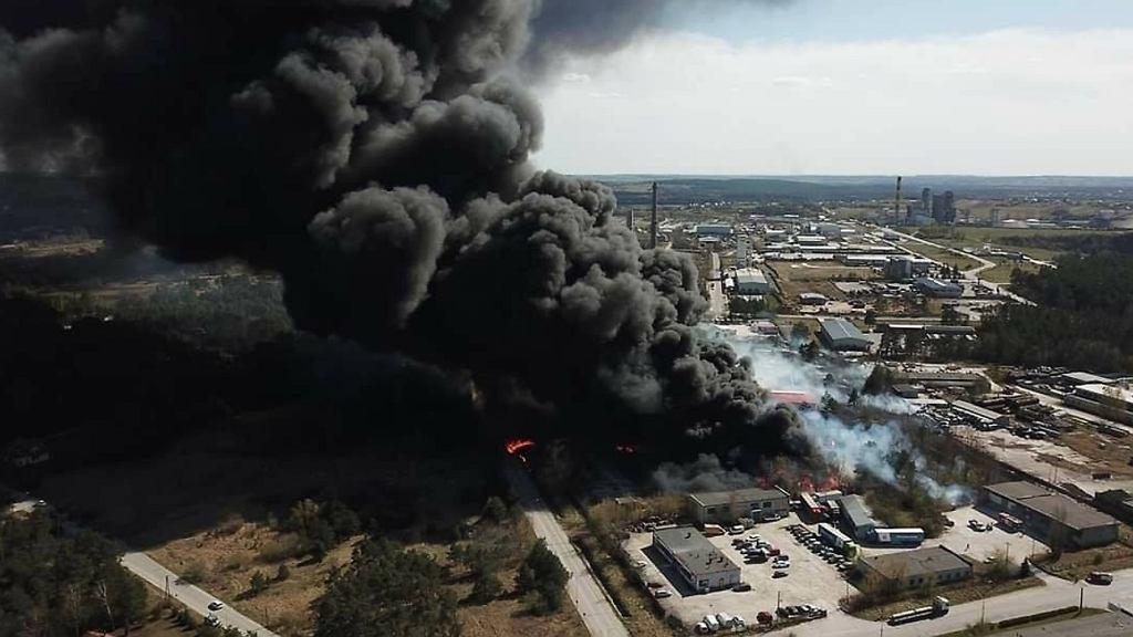 Pożar składowiska chemikaliów w Nowinach koło Kielc. Władze miasta apelują o pozostanie w domach