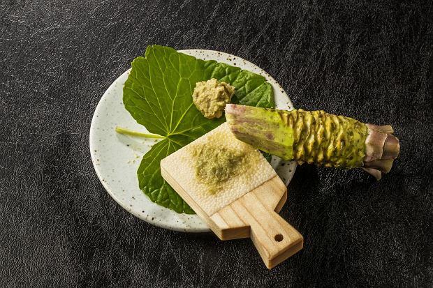Tradycyjnie do ścierania wasabi stosuje się specjalną drewnianą tarkę, pokrytą skórą rekina, zwaną oroshiki lub oroshigane.