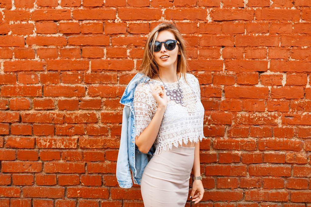 Bluzka z koronką w białym kolorze pasuje do wielu różnych stylizacji. Zdjęcie ilustracyjne, Alones/shutterstock.com