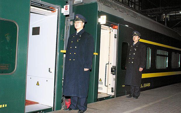 Podróż pociągiem z Pekinu do Tybetu, azja, podróże, Każdy wagon ma swojego opiekuna, który na każdej stacji staje wyprężony na baczność przy swoich drzwiach