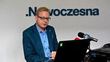 Poseł Nowoczesnej Michał Stasiński podczas spotkania z dziennikarzami