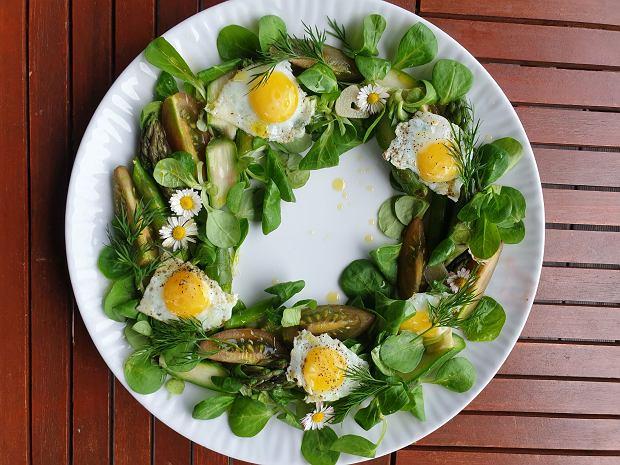Gotuj z Bosacką: sałatka ze szparagami i sadzonymi jajkami przepiórczymi