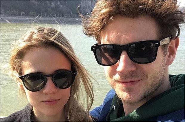 """Antek Królikowski pochwalił się na Instagramie zdjęciem z dziewczyną. Uwagę internautów przyciągnęły jednak bluzy zakochanych. Zestawione ze sobą układają się w motto z filmu animowanego """"Król Lew""""."""