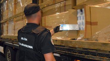 Celnicy przechwycili przemyt wart ponad 9 mln zł. 420 tys. paczek papierosów w tirze