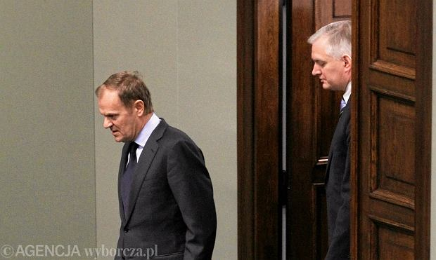 Donald Tusk i Jarosław Gowin wchodzą na salę sejmową na serię głosowań nad projektami ustaw o związkach partnerskich