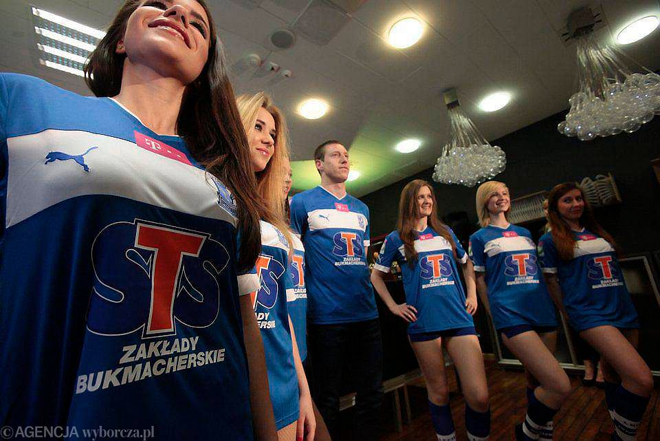 Przedstawienie nowego sponsora strategicznego Lecha Poznań, firmy STS, w kwietniu 2013. Bukmacher m.in. za możliwość reklamowania się na koszulkach Lecha miał płacić ok. 2,5 mln zł za sezon - przy przedłużaniu umowy ta kwota miała trochę wzrosnąć.