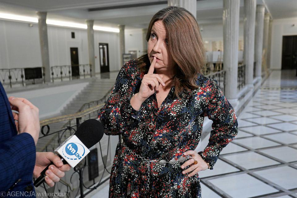 Posłanka partii rządzącej Joanna Lichocka, znana z pokazania środkowego palca na sali plenarnej, udziela wywiadu stacji TVN. Warszawa, Sejm, 14 lutego 2020