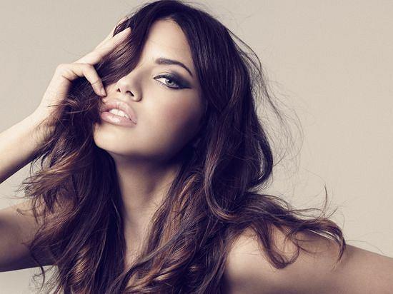 Adriana Lima w nowej kampanii reklamowej kosmetyków Victoria's Secret