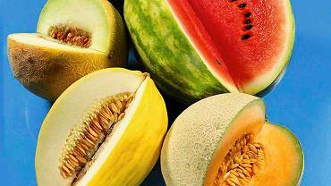 Witaminy zawarte w owocach regenerują skórę.