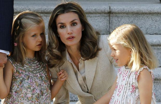 Księżna Letizia i książę Filip spotkali się z Benedyktem XVI. Ale nie to wzbudziło największe zainteresowanie fotoreporterów. Oko cieszyły córki książęcej pary.
