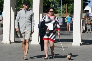 Katarzyna Niezgoda na spacerze z Tomaszem Kammelem i pieseczkiem.