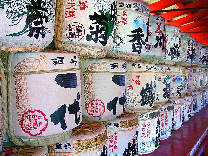Baryłki z sake przed wejściem do świątyni shinto
