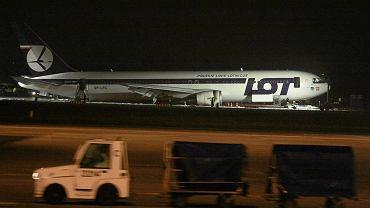 Boeing po szczęśliwym lądowaniu na Okęciu 1 listopada 2011 r.