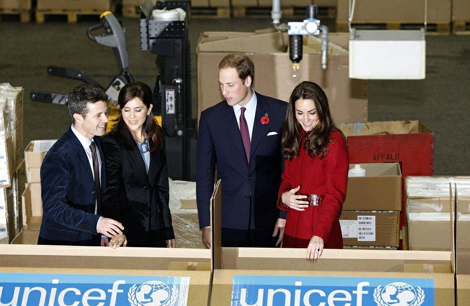 Jak policzył ''Daily Mail'', podczas oficjalnej wizyty w placówce UNESCO w Danii księżna Catheriny złapała się za brzuch co najmniej dwanaście razy. Co było powodem - zastanawiają się Brytyjczycy - niestrawność czy ciąża?