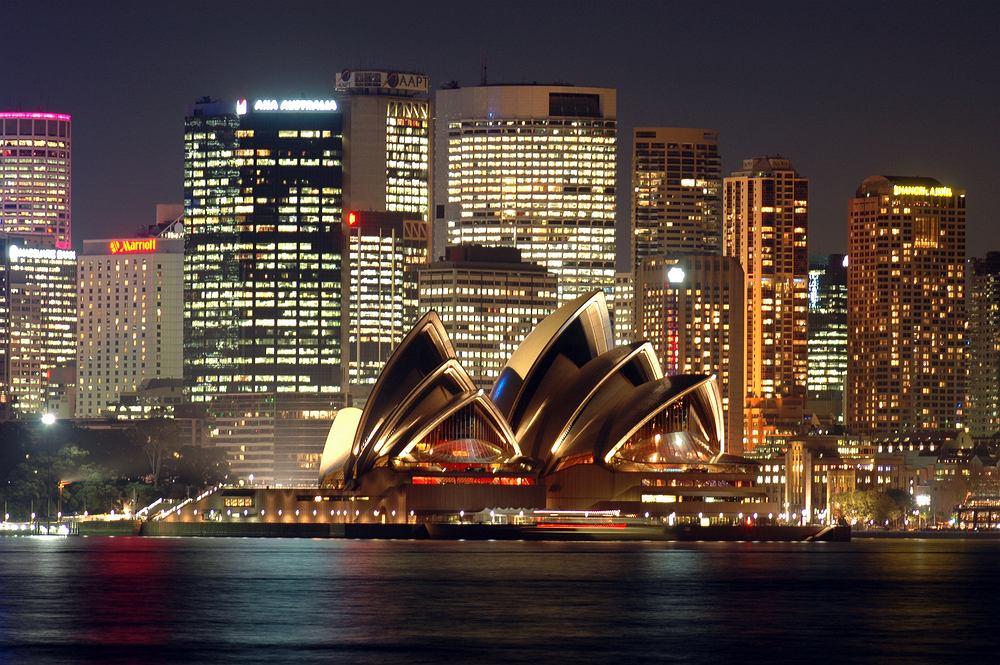 Sydney Australia. O tym, jak pięknym miastem jest Sydney łatwo się przekonać. Wystarczy udać się na górę Sydeny Tower - rozpościerająca się stąd panorama Sydney z Operą w dali, zapiera dech w piersi.