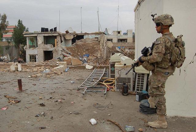 Amerykański żołnierz przed zniszczoną przez talibów siedzibą agencji ONZ ds. uchodźców w Kandaharze na południu Afganistanu