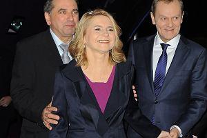 Donald Tusk pojawił się wczoraj z żoną Małgorzatą na premierze filmu 80 Milionów w warszawskich Złotych Tarasach. Okazuje się, że premier musiał mocno trzymać żonę za rękę, bo pojawił się konkurent!