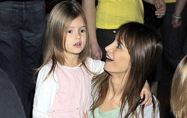 3 grudnia odbyła się impreza inaugurująca powstanie nowej telewizji dla dzieci - Teletoon. Aktorka Viola Kołakowska pojawiła się ze śliczną, 4-letnią córeczką Leną. Ojcem dziewczynki jest aktor Tomasz Karolak.