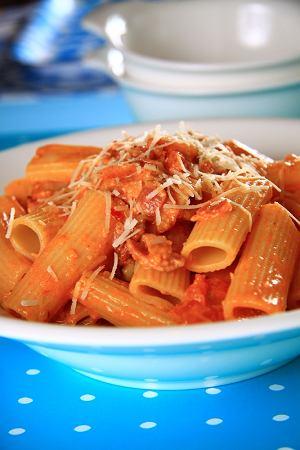 Makaron rigatoni z sosem pomidorowym i boczkiem