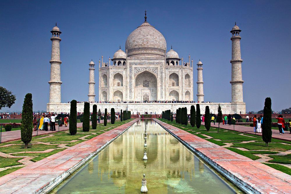 Azja Tadż Mahal, Indie. Tadż Mahal to mauzoleum wzniesione przez muzułmańskiego władcę Szachdżahana ku pamięci jego zmarłej żony. Podziwiać można je w Agrze, tuż nad wodami Jamuny. Główne atrakcje Tadż Mahal to świątynia, brama wejściowa, minarety i ogrody wraz z kanałami wodnymi. Tadż Mahal zalicza się do nowych siedmiu cudów świata.