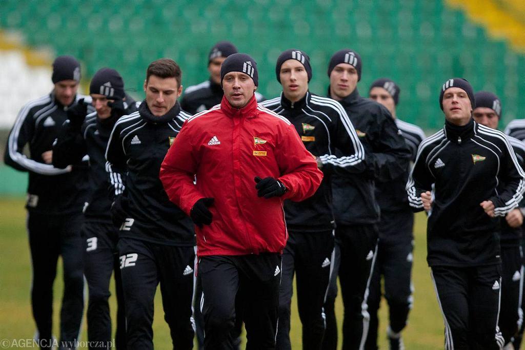 Trener Jaguara Marek Szutowicz (czerwony dres) podczas pracy w Lechii Gdańsk