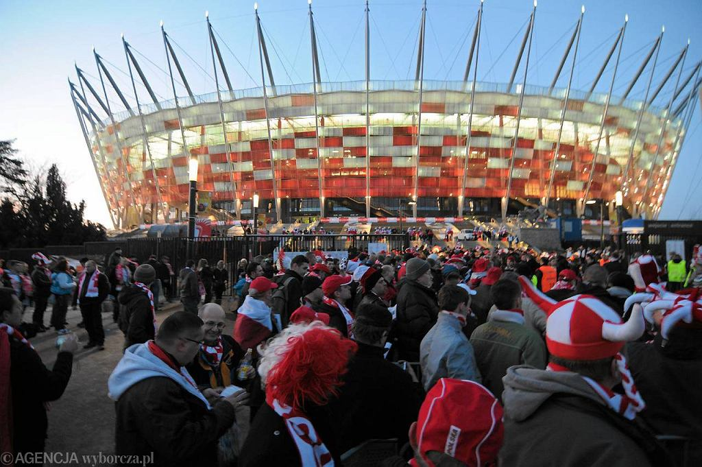 Kibice czekający na mecz Polska - Portugalia. Tuż przed otwarciem bram na stadion