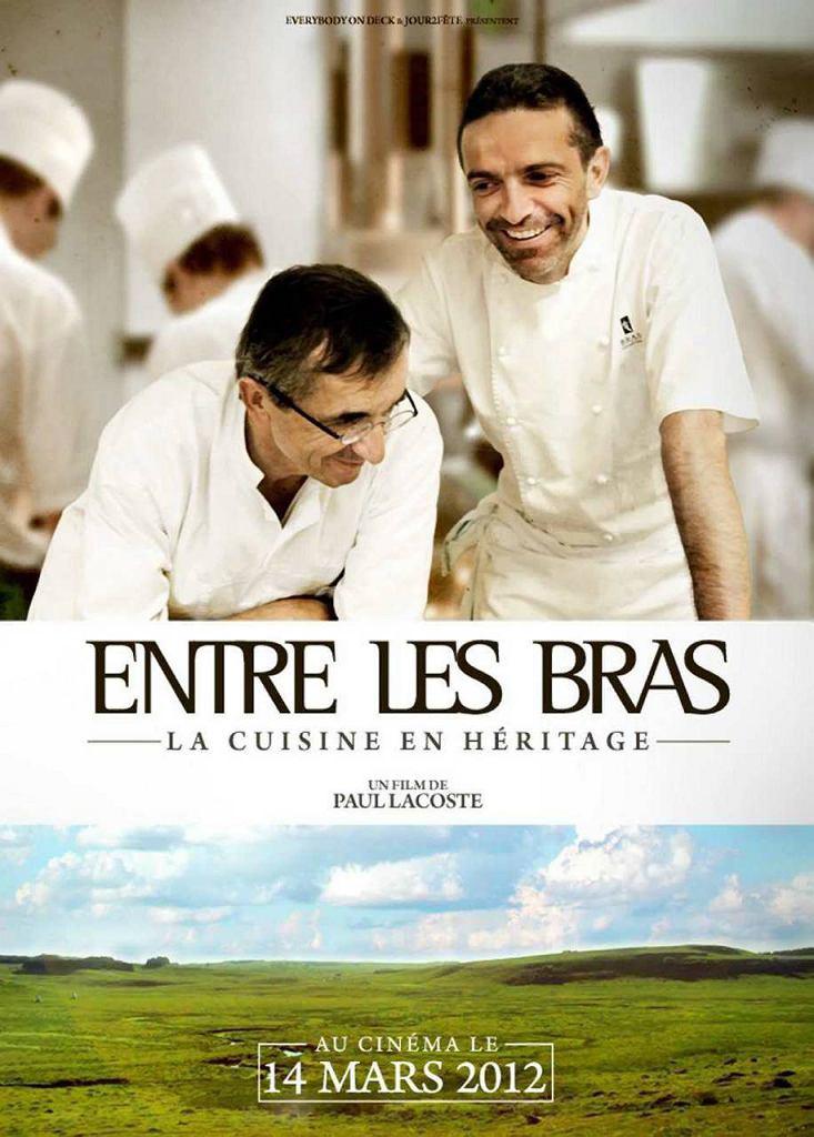 'Entre les Bras' reż. Paul Lacoste, Francja 2012, 89' Każdy, kto choć raz w życiu spróbował Moelleux au Chocolat, czyli czekoladowej babeczki na ciepło z płynnym czekoladowym środkiem, ten jest uzależniony na wieki. Mało kto wie jednak, że historia tego niebiańskiego, idealnego, francuskiego  deserów, sięga zaledwie lat 80 i że jego twórcą jest niejaki Michel Bras.
