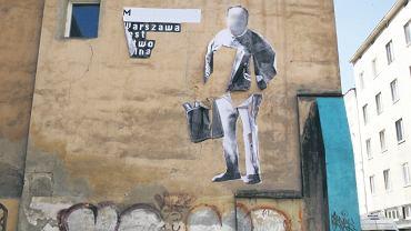 Malowidło na murze kamienicy przy ul. Widok przedstawia mężczyznę (zasłoniliśmy jego nazwisko i twarz), który zdaniem anonimowych działaczy działa na szkodę warszawiaków