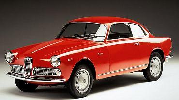 Rok 1954. Alfy Romeo Giulietta Sprint - początkowo planowano wyprodukowanie małej serii 500 sztuk. Skończyło się na jedenastu latach produkcji i 36 tysiącach egzemplarzy! Do produkcji karoserii Bertone musiał uruchomić drugą fabrykę.