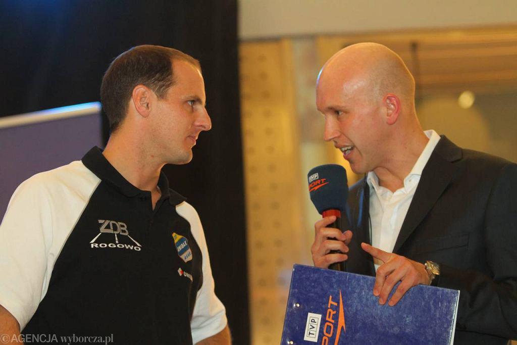 Ryan Sullivan (z lewej) w rozmowie z dziennikarzem, Łukaszem Benzem.