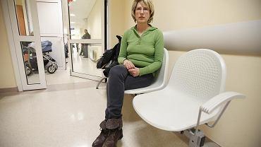 Helena Dauksza z Poznania czeka na herceptynę - lek, który zmniejsza prawdopodobieństwo nawrotu raka piersi: - Sześć razy zwracałam się o pomoc do NFZ. Fundusz odsyła mnie do szpitala. A szpital mówi, że nie ma leku. Czuję złość, strach i odrzucenie