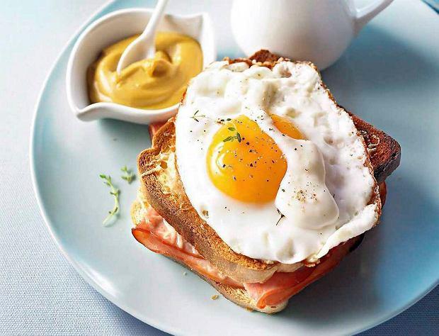 Croque madame - tosty z jajkami, szynką i beszamelem
