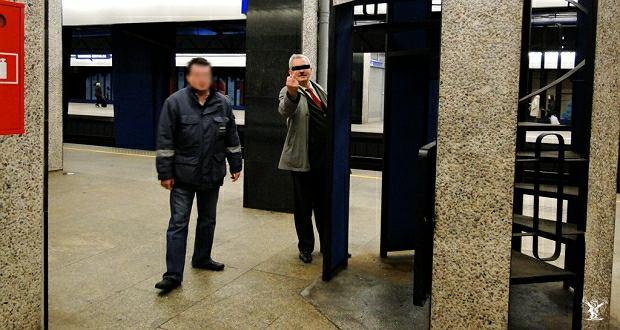 Szef Małopolskiego Związku Kolejarzy chwilę po oddaniu moczu na peronie Dworca Centralnego
