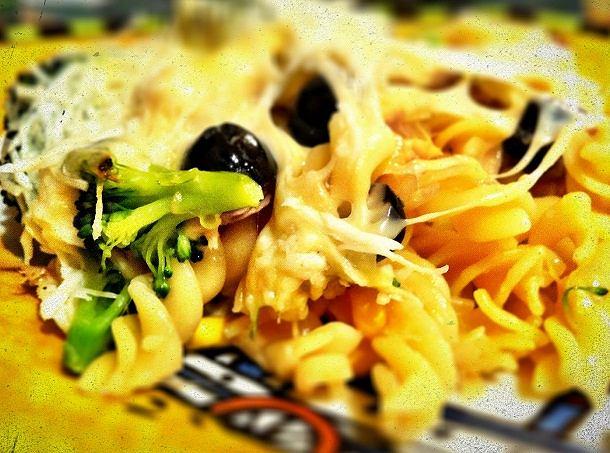 Zapiekanka makaronowa z brokułami, kukurydzą i serem.