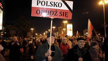"""We Wrocławiu zwolennicy i sympatycy PiS, biorący udział w pochodach zorganizowanych przez tę Partię apelują: """"Polsko, obudź się"""""""