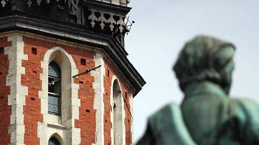 Wieża Mariacka i pomnik Adama Mickiewicza