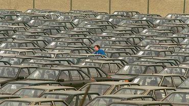 Samochody Polonez na placu przy FSO w 1995 roku.
