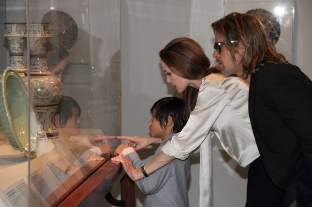 Angelina Jolie weraing engagement ring in LA april 11, 2013 courtesy Los Angeles County Museum of Art  LACMA/X17online.com *** Local Caption ***  Angelina Jolie