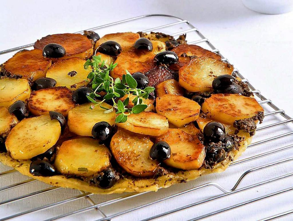 Tarta Tatin z ziemniakami i tapenadą