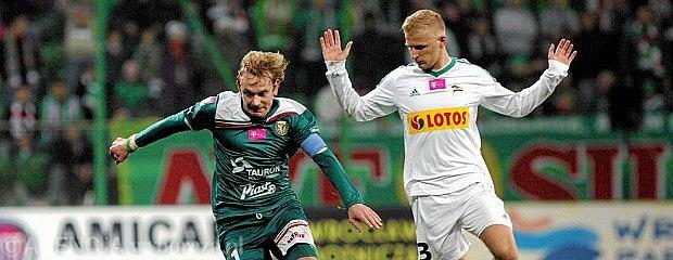Sebastian Mila (z lewej) podczas meczu z Lechią Gdańsk