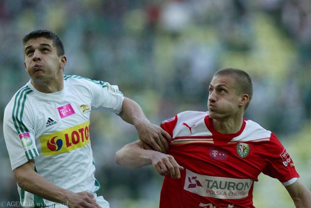 Piłkarz Lechii Piotr Grzelczak (z lewej)