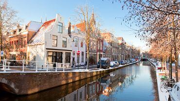 Delft, Holandia. Świat zna słynną niebieską porcelanę z Delft malowaną we wzory. Samo Delft też jest warte poznania. Stare miasto z dużym rynkiem poprzecinane jest siecią szerokich kanałów i okolone starymi topolami oraz starymi domami. Z pewnością Delft zasługuje na miano malowniczego miasteczka.